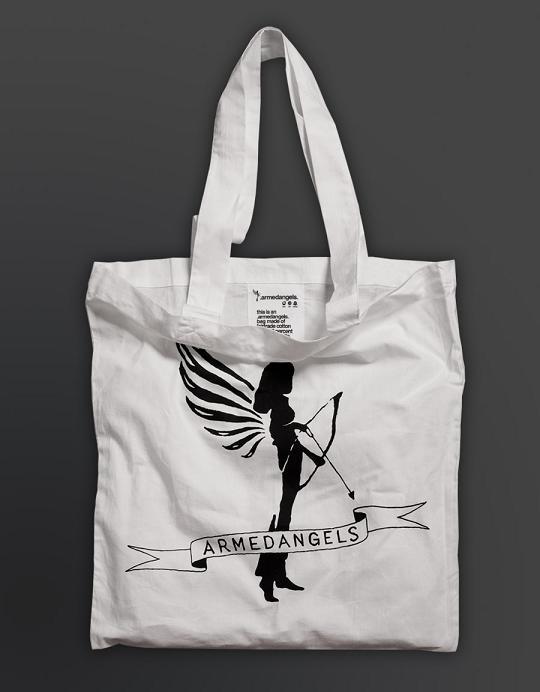 Das Hoodie kommt in dieser coolen Armed Angels Bag
