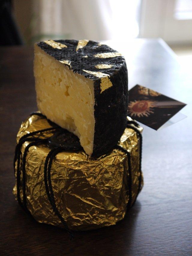 Käse mit Blattgold... ohne Worte, circa 55€ das Kilo.
