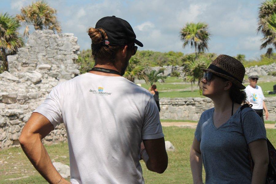 Unser Guide Robby erklärt mir den Aufbau von Tulum. An meinem Gesichtsausdruck seht ihr, wie gebannt ich war ;) Kein Spaß bei der Arbeit, ist klar, ne?