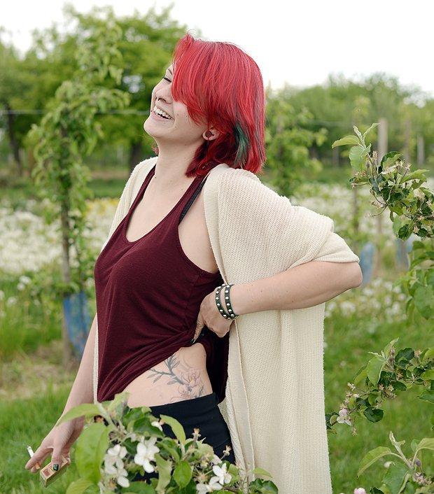 Wer sieht die Narbe? - Diana zeigt mir ihr Tattoo im Vergleich zu den echten Blüten.