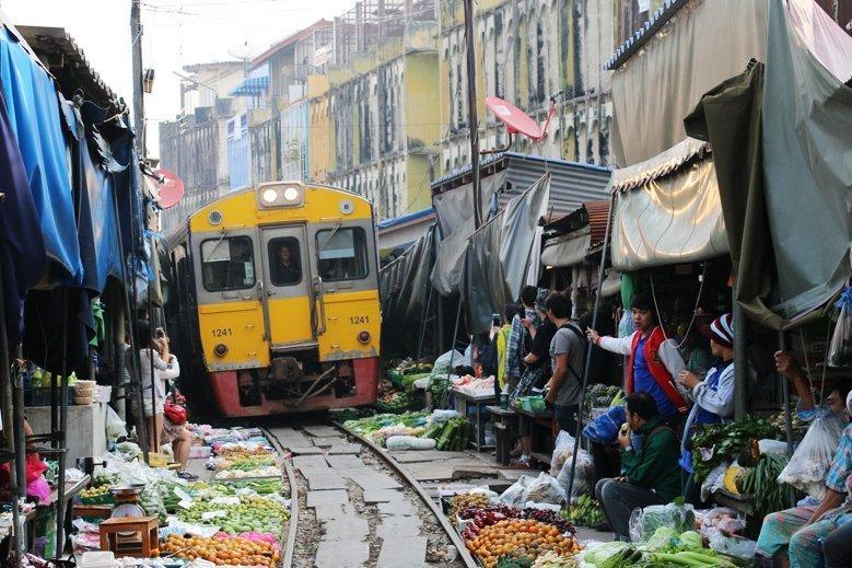 Meaklong-Railway-Market